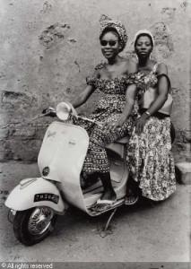 KEÏTA Seydou - Two Young Women on a Vespa 1953/1953